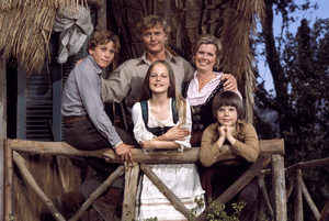"""Swiss Family Robinson""Helen Hunt, Willie Aames, Martin Milner, Pat Delaney, Eric Olson1975**H.L. - Image 17501_0010"