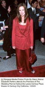 """Elizabeth Perkinsat """"The Wedding Planner"""" Premiere, 1/23/01. © 2001 Glenn Weiner - Image 17614_0105"""