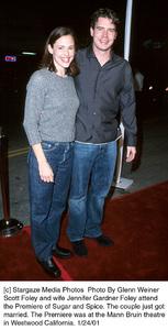 "Scott Foley and wife Jennifer Gardner Foley at the ""Sugar and Spice"" Premiere, 1/24/01. © 2001 Glenn Weiner - Image 17630_0119"