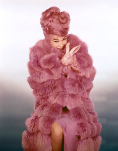 """What a Way To Go!""Shirley MacLaine1964 20th Century Fox**I.V. - Image 18241_0002"