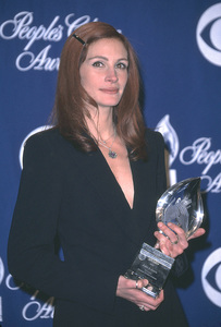 Julia Roberts attends the 28th annual Peoples Choice awards as she wins for favorite actress in a motion picture. PAsadena California 1/13/02 © 2002 Glenn Weiner - Image 19804_0153