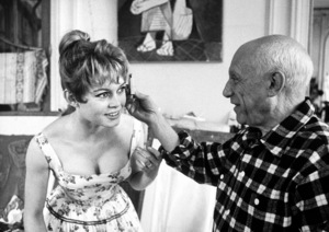 Brigitte Bardot and Pablo Picasso during a visit to his studio at Vallauris, near Cannes, during the film festival 1956 ** I.V. - Image 2043_0139