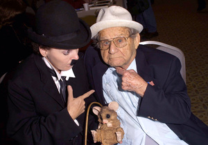 The Hollywood Collectors ShowPaul Garner & Charlie Chaplin look-a-like 10/6/02 © 2002 Scott Weiner - Image 20567_0124