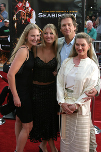 """""""Seabiscuit"""" Premiere 7-22-03Jeff Bridges and family - Image 21344_0039"""