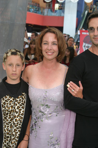 """""""Battle At Shaker Heights"""" Premiere 8-11-03Kathleen Quinlan and FamilyPhoto by Sam Kweskin - Image 21404_0016"""