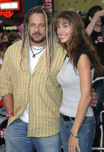 """The Battle of Shaker Heights"" Premiere 08/11/03Shannon Elizabeth & husband Joe ReitmanMPTV - Image 21590_0084"