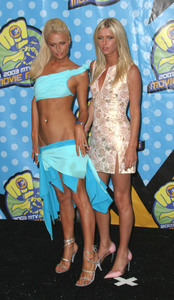 """MTV Movie Awards"" 05/31/03Paris Hilton & Nicki HiltonMPTV - Image 21590_0237"