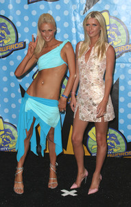"""MTV Movie Awards"" 05/31/03Paris Hilton & Nicki HiltonMPTV - Image 21590_0238"