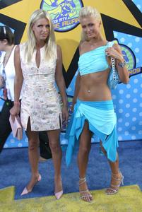 """""""MTV Movie Awards"""" 5-31-03Nicki & Paris HiltonMPTV - Image 21590_0239"""