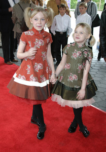 """Dr. Seuss: The Cat in the Hat"" Premiere 11/08/03 Dakota Fanning & sisterMPTV - Image 21590_0330"