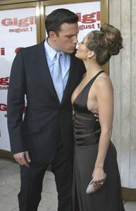 """""""Gigli"""" Premiere 6-27-2003Ben Affleck and Jennifer LopezMPTV - Image 21590_0475"""