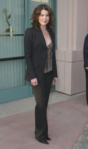 """""""Behind the Scenes of : Gilmore Girls"""" 4-21-2003Lauren GrahamMPTV - Image 21590_0502"""