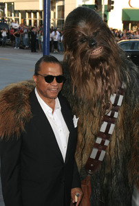 """Star Wars Episode lll: Revenge of the Sith"" (Premiere)Billy Dee Williams & Chewbacca 05/12/05Mann Village Theatre Westwood California  - Image 21590_1022"