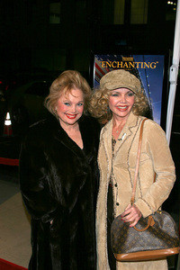 """In America"" Premiere 11-20-03Carol Connors & friendPhoto By Sam Kweskin - Image 21607_0005"