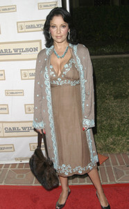 """""""An Evening with Brian Wilson and Friends: 5th Annual Concert"""" 10-16-03Apollonia KoteroMPTV  - Image 21709_0013"""