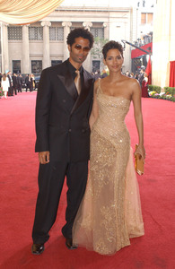 """""""75th Annual Academy Awards"""" 03/25/03Eric Benet & Halle Berry © 2003 AMPAS/MPTV - Image 21711_0020"""