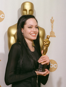 """72nd Annual Academy Awards"" 03/26/00 Angelina Jolie © 2000 AMPAS/MPTV - Image 21723_0003"