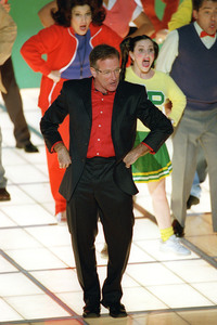 """72nd Annual Academy Awards"" 03/26/00 Robin Williams performs nominated song ""Blame Canada"" © 2000 AMPAS/MPTV - Image 21723_0004"