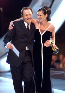 """""""73rd Annual Academy Awards"""" 03/25/01Kevin Spacey & Julia Roberts © 2001 AMPAS/MPTV - Image 21724_0010"""