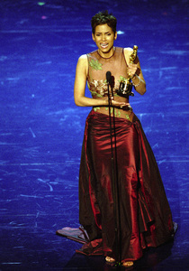 """74th Annual Academy Awards"" 03/24/02Halle Berry © 2002 AMPAS/MPTV - Image 21725_0003"