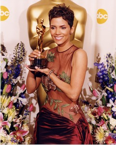 """""""74th Annual Academy Awards"""" 03/24/02Halle Berry © 2002 AMPAS/MPTV - Image 21725_0005"""