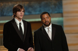 """Golden Globe Awards"" 1-25-2004Ashton Kutcher & Ice Cube © 2004 MMIV Hollywood Foreign Press Association - Image 21726_0136"