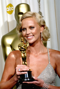"""""""76th Annual Academy Awards"""" February 29, 2004Charlize Theron © 2004 AMPAS - Image 21781_0003"""