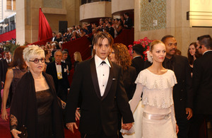 """76th Annual Academy Awards"" February 29, 2004Johnny Depp & Vanessa Paradis © 2004 AMPAS - Image 21781_0023"
