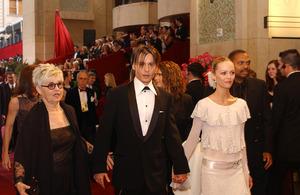 """76th Annual Academy Awards"" February 29, 2004Johnny Depp & Vanessa Paradis © 2004 AMPAS - Image 21781_0023"