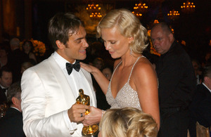 """76th Annual Academy Awards"" February 29, 2004Stuart Townsend & Charlize Theron © 2004 AMPAS - Image 21781_0037"