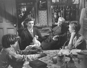 """A Tree Grows in Brooklyn""Peggy Ann Garner , Dorothy McGuire, Ted Donaldson1945 20th Century Fox**I.V. - Image 21804_0005"