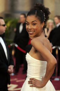 """Sophie Okonedo, Academy Award Best Supporting Actress nominee for her work in """"Hotel Rwanda,"""" arrives at the 77th Annual Academy Awards at the Kodak Theatre in Hollywood, CA on Sunday, February 27, 2005.  HO/AMPAS - Image 22270_0042"""