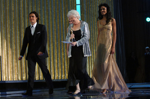 Orlando Bloom escorts Achievement in Film Editing Academy Award winner Thelma Schoonmaker offstage during the 77th Annual Academy Awards at the Kodak Theatre in Hollywood, CA on Sunday, February 27, 2005.  HO/AMPAS - Image 22270_0245
