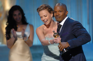 Jamie Foxx accepts the Academy Award for Best Actor from Oscar winner Charlize Theron during the 77th Annual Academy Awards at the Kodak Theatre in Hollywood, CA on Sunday, February 27, 2005.  HO/AMPAS - Image 22270_0283
