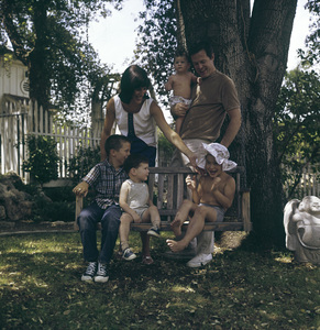 Robert Culp at home with his wife Nancy and their four children, Joseph, Joshua, Jason and Rachelcirca 1960s © 1978 Bernie Abramson - Image 2249_0011