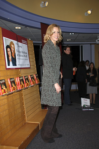 """Felicity Huffman at the book signing of """"A Practical Handbook for the Boyfriend""""01-31-2007 / Borders / Westwood, CA / Photo by Andrew Howick - Image 22917_0007"""