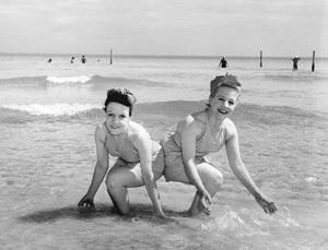 Violet and Daisy Hilton on the beach1945** I.V. - Image 23543_0009