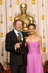 """""""The 81st Annual Academy Awards"""" (Press Room)Anthony Dod Mantle, Natalie Portman02-22-2009Photo by Bryan Crowe © 2009 A.M.P.A.S. - Image 23704_0313"""