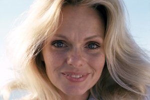 Lynda Day Georgecirca 1977** H.L.  - Image 2388_0001