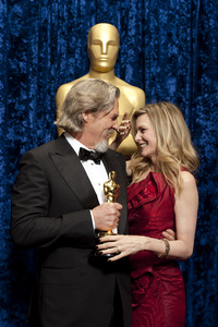 """The Academy Awards - 82nd Annual"" (Backstage)Jeff Bridges, Michelle Pfeiffer3-7-2010Photo by Darren Decker © 2010 A.M.P.A.S. - Image 23908_0360"