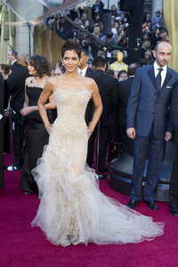 """""""The Academy Awards - 83rd Annual"""" (Arrivals) Halle Berry02-27-2011 Photo by Darren Decker © 2011 A.M.P.A.S. - Image 24036_0065"""