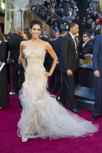 """""""The Academy Awards - 83rd Annual"""" (Arrivals) Halle Berry02-27-2011 Photo by Darren Decker © 2011 A.M.P.A.S. - Image 24036_0066"""