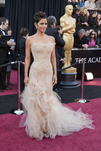 """""""The Academy Awards - 83rd Annual"""" (Arrivals) Halle Berry02-27-2011 Photo by Ivan Vejar © 2011 A.M.P.A.S. - Image 24036_0109"""
