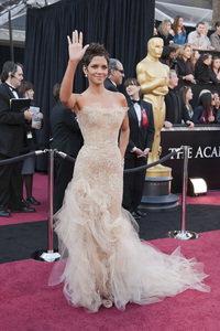 """""""The Academy Awards - 83rd Annual"""" (Arrivals) Halle Berry02-27-2011 Photo by Ivan Vejar © 2011 A.M.P.A.S. - Image 24036_0110"""