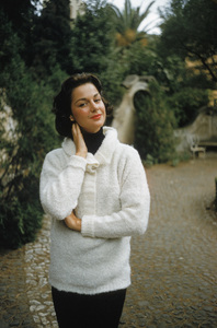 Countess Consuelo Crespi in the garden of her Rome palazzo1957© 2011 Mark Shaw - Image 24080_0001