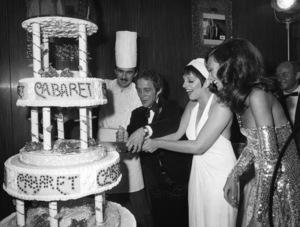 "Joel Grey, Liza Minnelli and Marisa Berenson attend the Paris premiere of ""Cabaret"" September 13, 1972 ** I.V. - Image 24287_0056"