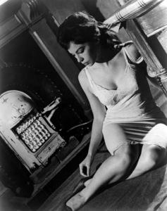 "Leslie Caron in ""The L-Shaped Room"" 1962 Columbia ** I.V. - Image 24287_0069"