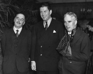 H.G. Wells, former heavyweight Gene Tunney and Charles Chaplin 1925 ** I.V. - Image 24287_0074
