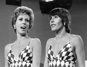 """Carol Burnett and Helen Reddy on """"The Carol Burnett Show""""1973 ** B.D.M. - Image 24293_0135"""