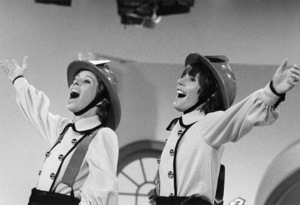 """""""The Carol Burnett Show""""Carol Burnett, Helen Reddy1973** B.D.M. - Image 24293_0912"""